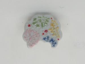 色イッチン小花雲のミニブローチ