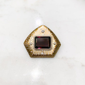 べっ甲に金・銀蒔絵、ダイヤモンド、シルバーで覆輪された四角いガーネットのブローチ