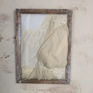 古いシルクドレスの壁掛け