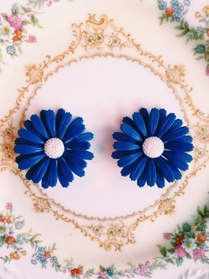 Travelling Madeleine - blue flower pierce