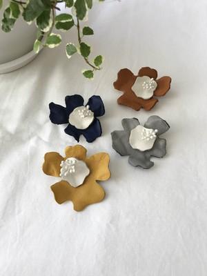 革ブローチ お花