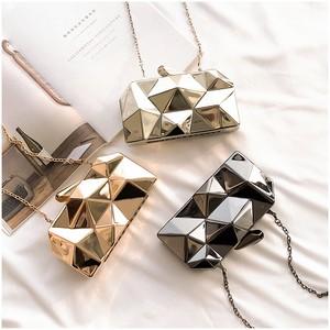 【小物】高級感あるダイヤ模様差込錠ショルダーバッグ