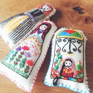 刺繍ドールのバッグチャーム by イブラ・ワ・ハイト