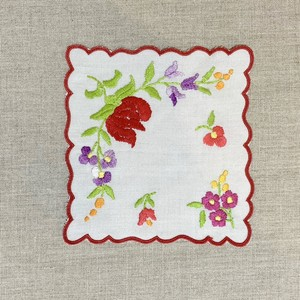 すみれと薔薇の蕾のハンガリー刺繍