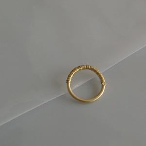 ハリガネを巻いた金の指飾り