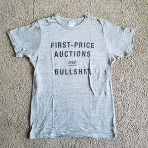"""""""First-Price Auctions are Bullshit.""""  グレーTシャツ【黒プリント】"""