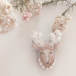 【受注生産】《プチサイズ》鹿white flower 刺繍ブローチ
