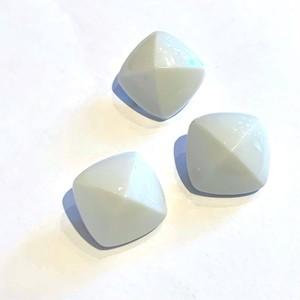 白い四角錐ボタン