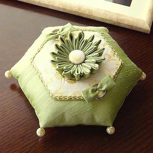 つまみ細工の花を飾った亀甲形の和風リングピロー