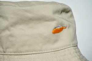 塩で。「鮭の切り身」 手縫い刺繍バケットハット(Bucket Hat)