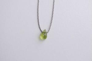 siki 石の雫ネックレス( ペリドット / シルクコード )