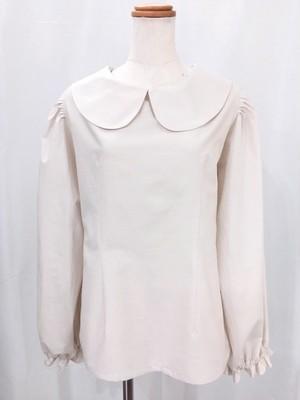 上品なスモークホワイト色の柔らかコットン生地で作った シンプルで可愛い、万能長袖丸襟ブラウス 一点もの 手作り コットン100% パフスリーブ オーバーブラウス 通勤 通学 テレワーク