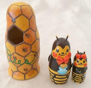 蜂の巣からひょっこり顔を出しているミツバチさんカップルのマトリョーシカ