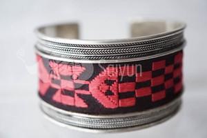 ミャオ族の刺繍と銀細工のシルバーブレスレット