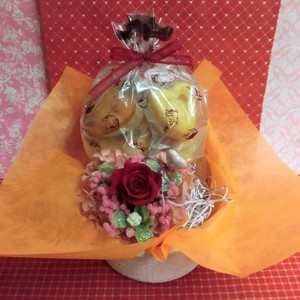 エレガントなハートの陶器にアレンジした薔薇のプリザーブドフラワーとハートの焼き菓子8袋のギフトセット♪