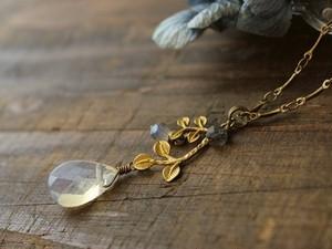真鍮リーフと雫のネックレス (ラブラドライト、模造オパール)