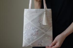 シルバー・薄ピンク 小花文様 シルク帯リメイク ミニサブバック  フォーマルバック。結婚式やパーティーに。