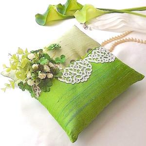 グリーンを飾ったシルクシャンタンのリングピロー