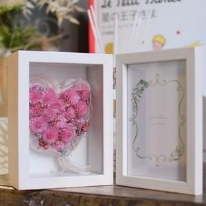 【ハートフォトフレーム:プリザーブドフラワー】女性へのプレゼントに人気のピンクのハート。 カタチに残るプレゼント。