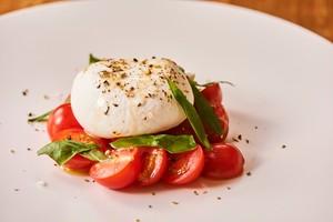 【前菜】ブッラータチーズ&チェリートマトのカプレーゼ