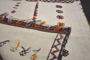白地に刺繡の珍しいキリム #1200-0769 110x180センチ