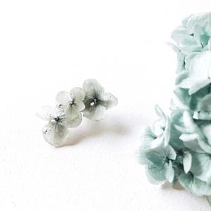 スモーキーグリーンのアジサイのイヤカフ