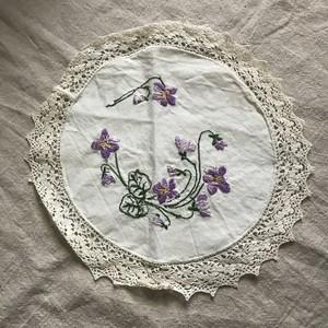 スウェーデンのスミレが刺繍された布