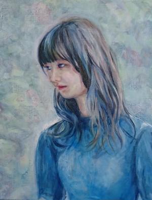 青い服の女性