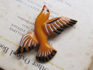 ヴィンテージブローチ*羽ばたく鳥*バター色ベークライト1920~50's