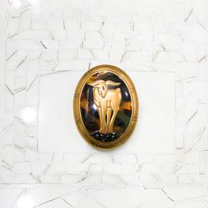 散斑(ばらふ)のべっ甲に高金蒔絵、黒金蒔絵、螺鈿、切金、岩場に立つ山羊とアーカンサス模様のフレームのブローチ