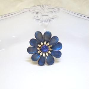 深い青の花びらのオルゴナイトリング
