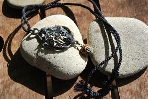 チベタン・ビューティ~凛々と黒光りする精緻な花模様、瞑想的な平和のエネルギー