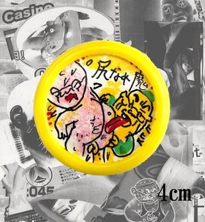 手描きのプラスチックピンバッチ『尻なめ魔』