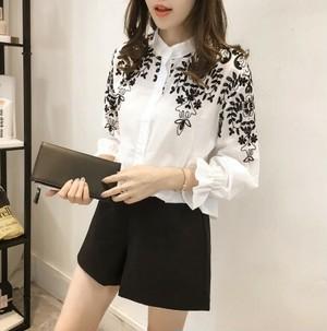 流行の刺繍シャツ 白と黒の2デザインあり
