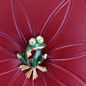 花模様のカエルブローチ