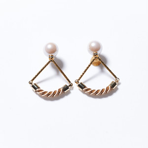 PEARL ON TRIANGLE EARRINGS(GOLD)