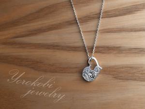 ストーン付き手彫り小粒なハートのネックレス(プラチナコーティング)