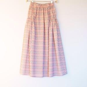 白地に黒&赤羽模様毛織 サイド2段ギャザースカート