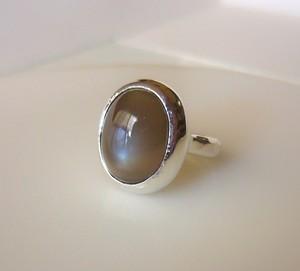 グレーブラウンムーンストーンの指輪