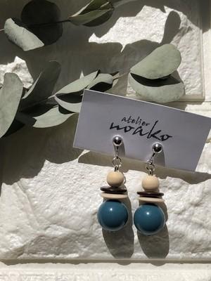 ころんと可愛いブルーとウッドのイヤリング