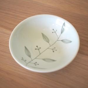 C 丸深皿に絵付け・加飾をする。