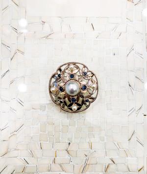 真珠にサファイア、シルバーの透かしのブローチ