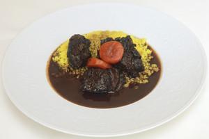 国産牛肉の赤ワイン煮込み ターメリックライスと共に