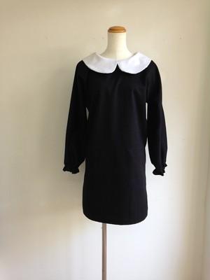 ローウエスト&タイトスカートスタイルがかっこいい、丸襟のリトルブラックドレス。一点物