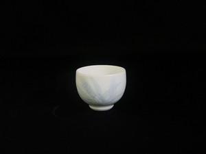 【井上萬二作】白磁染麦彫文ぐい吞