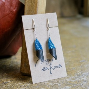 Man da Roca   Blue beads & Leather earring