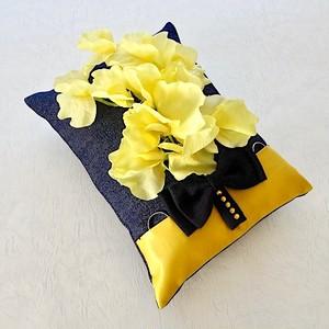 黄色いスイトピーを飾ったデニムのリングピロー