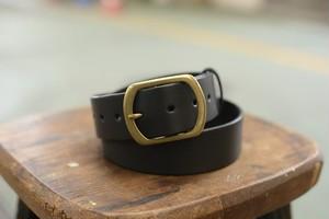 黒い牛革のシンプルなベルト