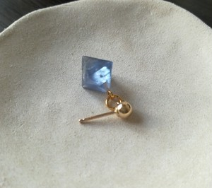 青の蛍石のピアス(New Mexico産蛍石) by Haru Suzuki