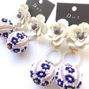 白花トップと紫ビーズボールの〈ピアス/イヤリング〉